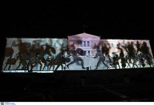 """Ημέρα των Ενόπλων Δυνάμεων: """"Ζωντάνεψε"""" η ιστορία στην πρόσοψη της Βουλής (VIDEO)"""