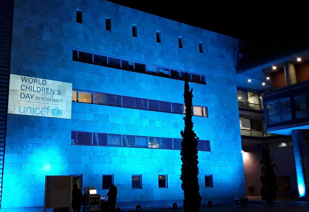 Στα μπλε το Δημαρχείο Θεσσαλονίκης για την Παγκόσμια Ημέρα Παιδιού (ΦΩΤΟ)