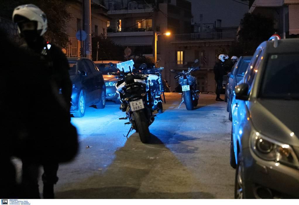 Έστησαν υπαίθριο κορωνο-πάρτι στον Άλιμο – Επιτέθηκαν με πέτρες στην ΕΛΑΣ