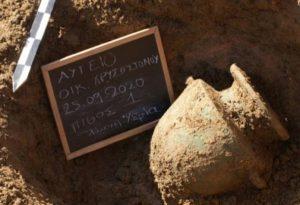 Αποκαλύφθηκαν προϊστορικοί τάφοι σε οικόπεδο