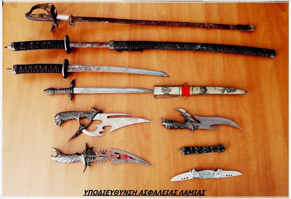 Εκτός από ναρκωτικά έκρυβαν και… πλούσια συλλογή από όπλα και μαχαίρια