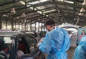 Λάρισα: Ουρές αυτοκινήτων για drive through test κορωνοϊού