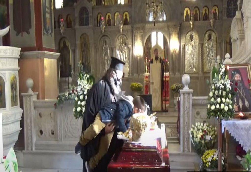 Βίντεο: Ιερέας σηκώνει παιδάκι να φιλήσει τη σορό του Μητροπολίτη Λαγκαδά