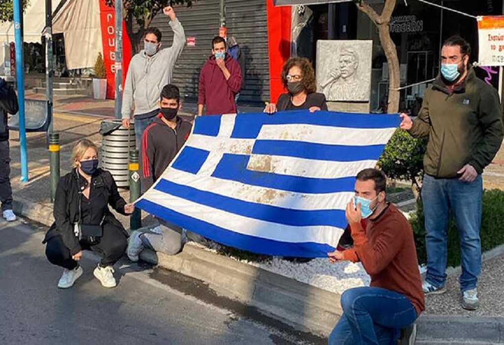 Η Μ. Φύσσα στο μνημείο του Παύλου με την ματωμένη σημαία του Πολυτεχνείου