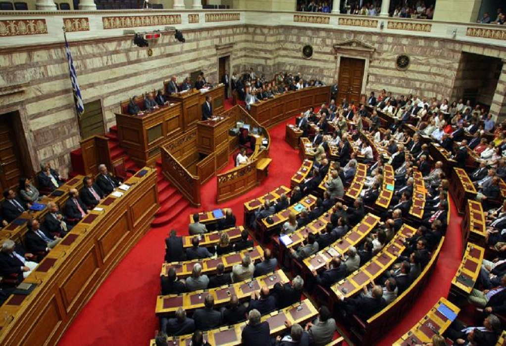 Βουλή: Υπερψηφίστηκαν τα νομοσχέδια για «λόμπινγκ» και υποχρεωτικό εμβολιασμό