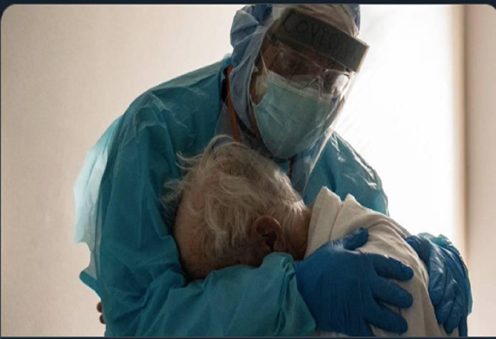 Στην αγκαλιά γιατρού κλαίει ηλικιωμένος ασθενής