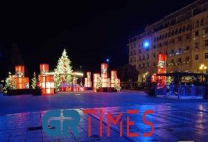 Στα… κόκκινα η χριστουγεννιάτικη πλατεία Αριστοτέλους (ΦΩΤΟ)