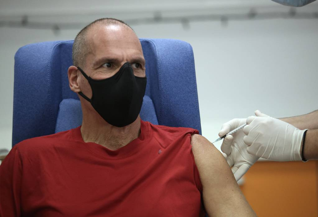 Γιάνης Βαρουφάκης: Εμβολιάστηκε με την 3η δόση του εμβολίου κατά της Covid-19