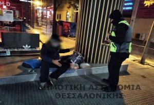 Θεσσαλονίκη: Δημοτικοί Αστυνομικοί μοίρασαν τρόφιμα σε άστεγους (ΦΩΤΟ)