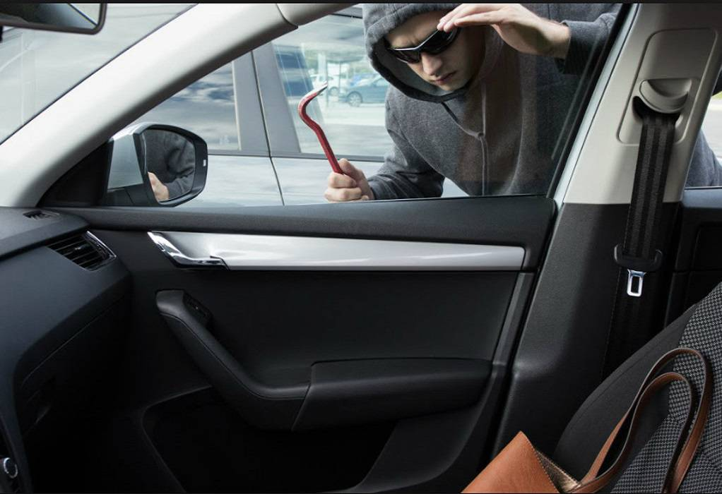 Στη φάκα διαρρήκτες που «άδειαζαν» οχήματα σε Φίλυρο και Ασβεστοχώρι