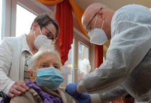 Γερμανία: Μια γυναίκα 101 ετών η πρώτη που εμβολιάστηκε στη χώρα
