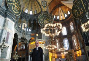 Νέες προκλήσεις Ερντογάν: Δώρισε στην Αγιά Σοφιά πίνακα με στίχους από το Κοράνι