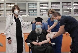 Εμβολιάστηκε ο πρώτος Ιεράρχης, Μητροπολίτης Ναυπάκτου Ιερόθεος