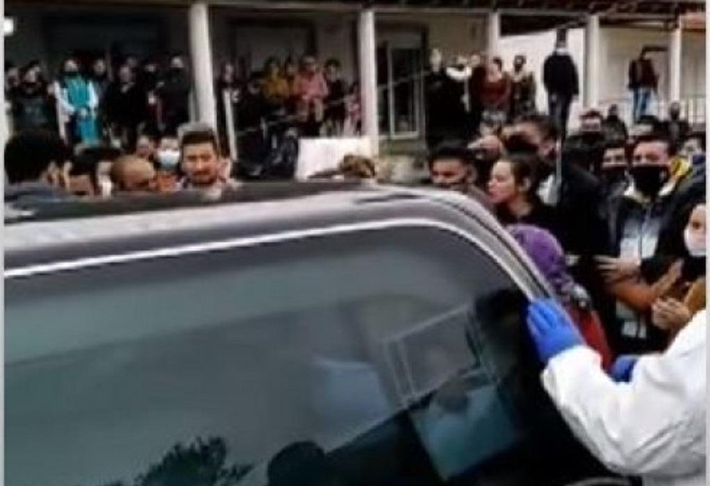 Χαμός από κόσμο σε κηδεία Ρομά στον Βόλο (VIDEO)