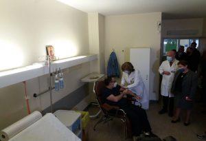 Εμβολιάστηκε στο Νοσοκομείο Ιωαννίνων ο Β. Κοντοζαμάνης (ΦΩΤΟ)