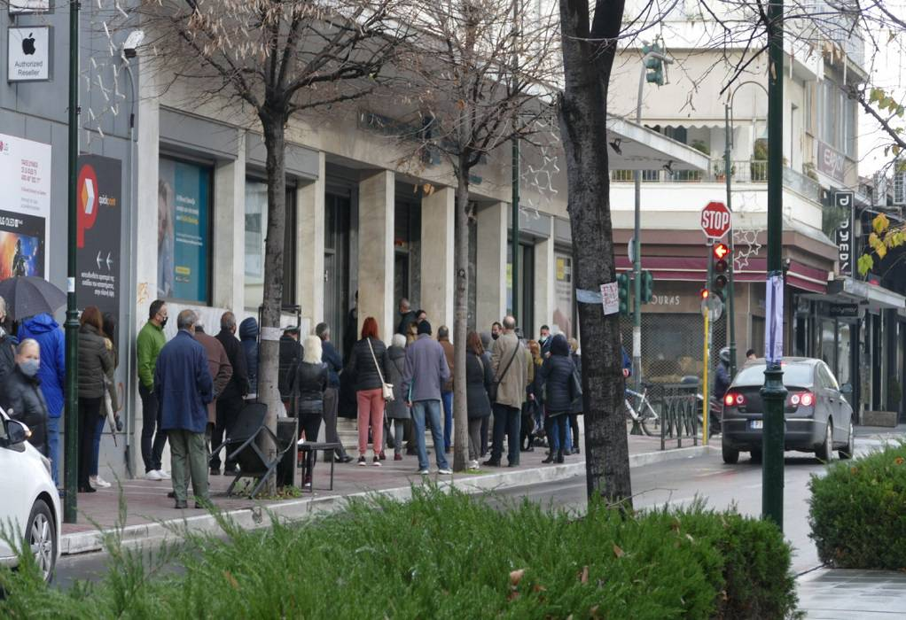 Λάρισα: Προβληματίζουν οι ουρές έξω από τράπεζες (ΦΩΤΟ)