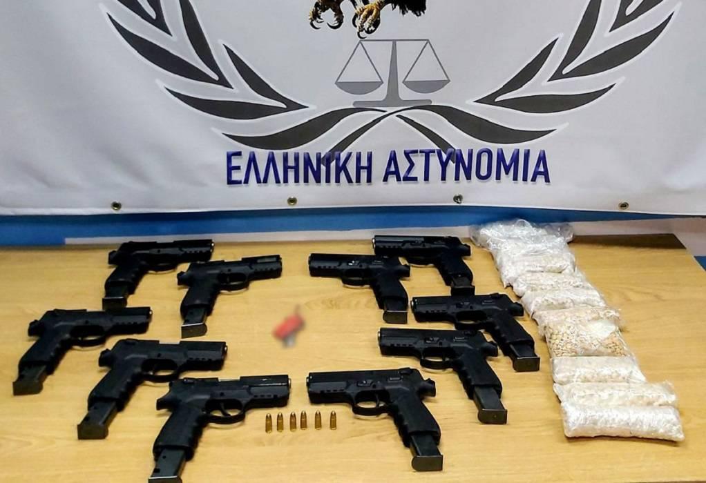 Χειροπέδες για χιλιάδες ναρκωτικά χάπια και όπλα