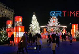 Για φωτογραφία οι Θεσσαλονικείς στο Χριστουγεννιάτικο δέντρο! (ΦΩΤΟ+VIDEO)