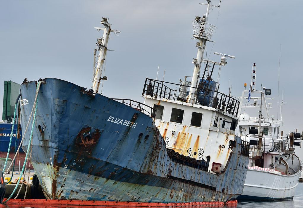 """Ν. Μουδανιά: Διαλύεται και απομακρύνεται το πλοίο """"Ελίζαμπεθ"""" από το λιμάνι"""