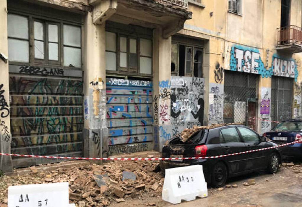 Στέγη εγκαταλελειμμένου κτιρίου έπεσε σε αυτοκίνητα