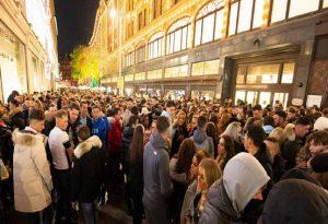 Συνωστισμός έξω από τα Harrods στο Λονδίνο