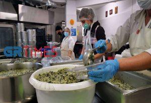 Δ. Θεσσαλονίκης: Μαγειρεύουν σε κουζίνες παιδικών σταθμών για ενίσχυση των συσσιτίων (ΦΩΤΟ +VIDEO)