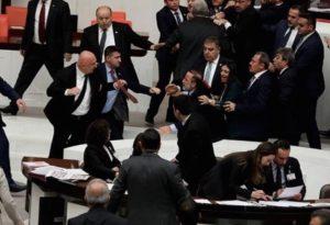 Ξύλο μεταξύ βουλευτών στο τουρκικό κοινοβούλιο (VIDEO)
