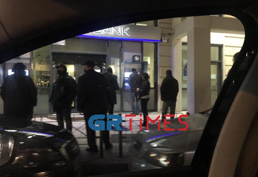 Θεσ/νίκη: Εικόνες συνωστισμού έξω από τις τράπεζες (ΦΩΤΟ)