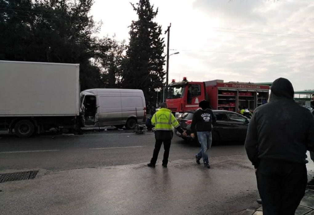 Νεκρός οδηγός ΙΧ που προσέκρουσε σε φορτηγό της αστυνομίας (ΦΩΤΟ)