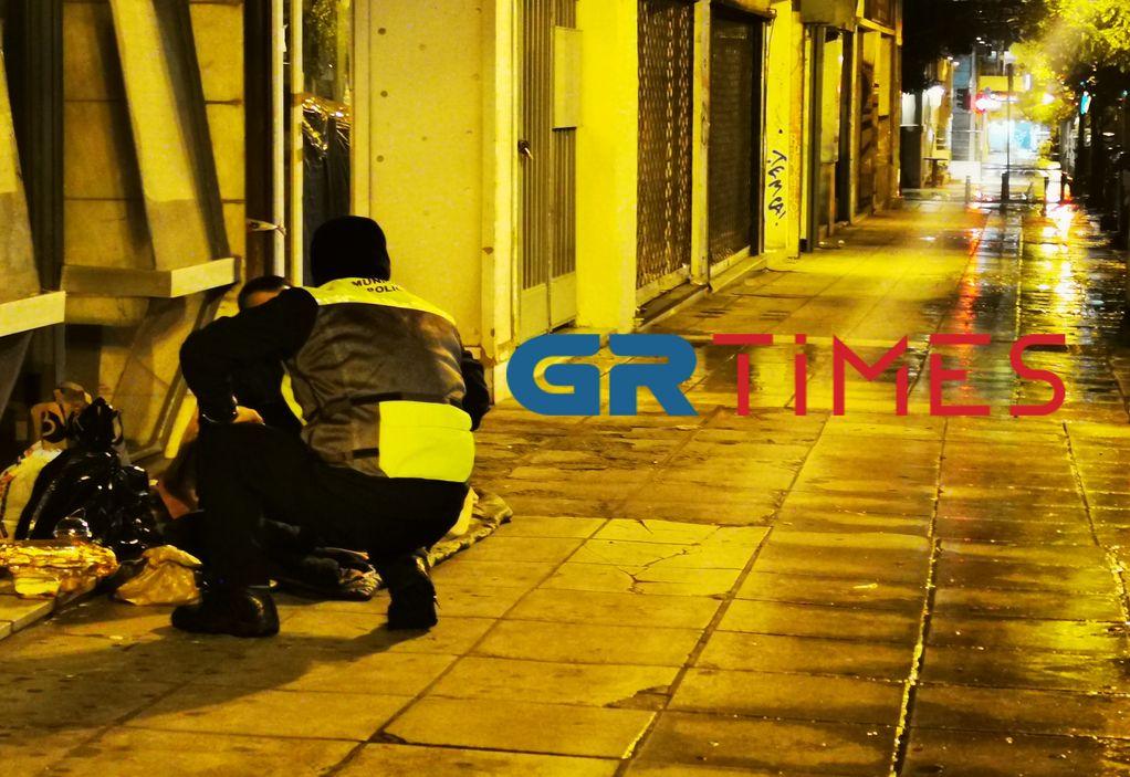Θεσσαλονίκη: Φαγητό σε άστεγους μοίρασε η Δημοτική Αστυνομία , φωτογραφία-1
