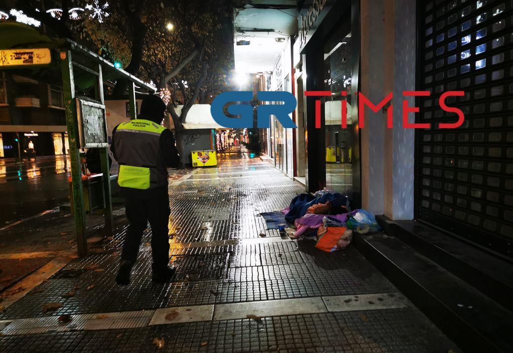 Θεσσαλονίκη: Φαγητό σε άστεγους μοίρασε η Δημοτική Αστυνομία (VIDEO)