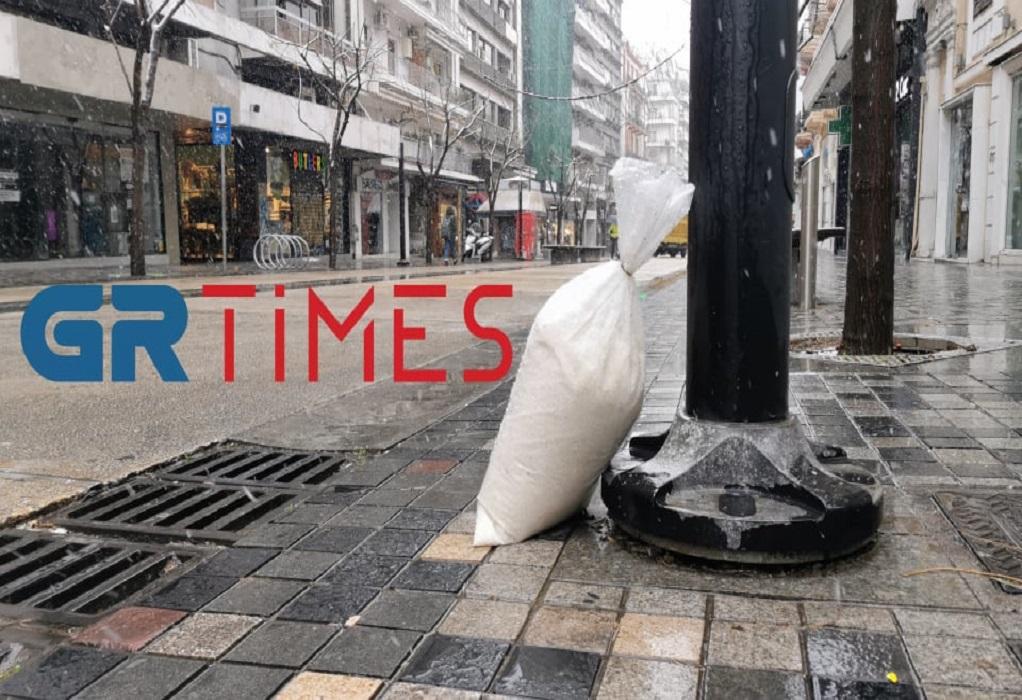Χιονόπτωση στη Θεσ/νίκη: Ο δήμος τοποθετεί αλάτι σε κομβικά σημεία (ΦΩΤΟ-VIDEO)
