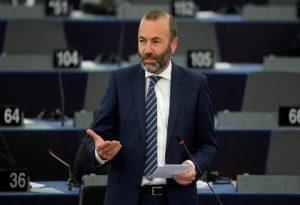 Βέμπερ: Να εξεταστεί η απαγόρευση εξαγωγής των εμβολίων που παράγονται εντός ΕΕ
