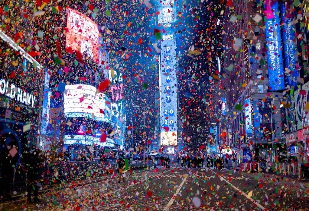 Ο πλανήτης γιόρτασε ήσυχα και ιδιωτικά την έλευση του νέου έτους (VIDEO)