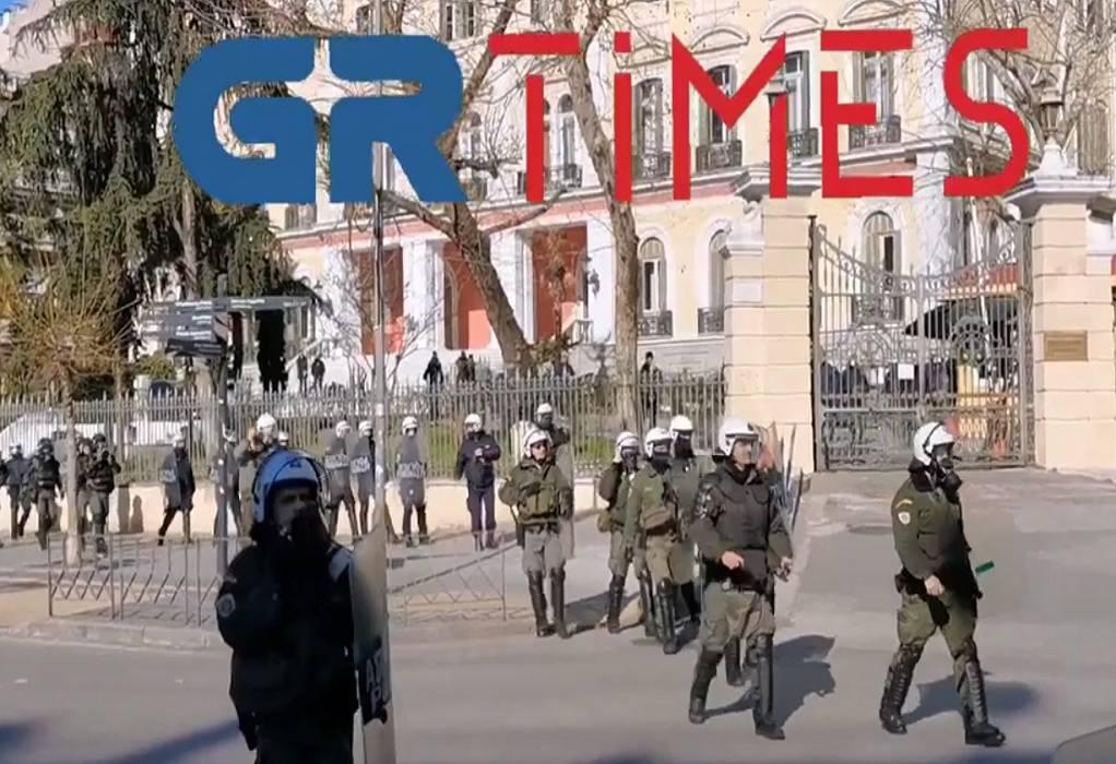 Θεσσαλονίκη: Αντιεξουσιαστές πέταξαν πέτρες σε αστυνομικούς (VIDEO)