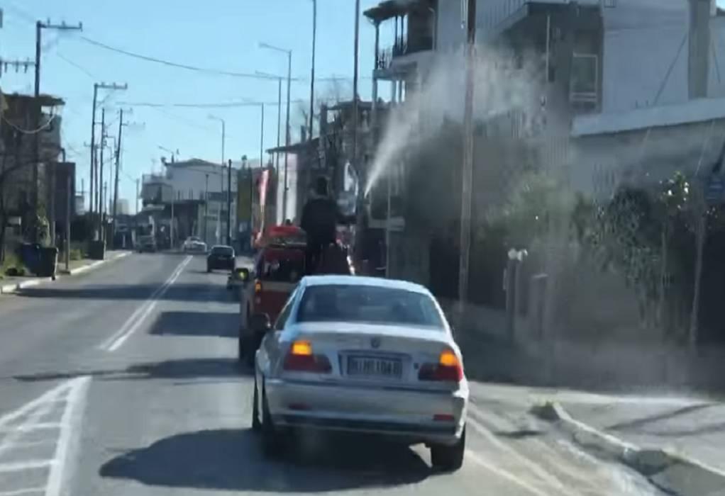 Παπάς… πυροσβέστης αγιάζει τη Λαμία (VIDEO)
