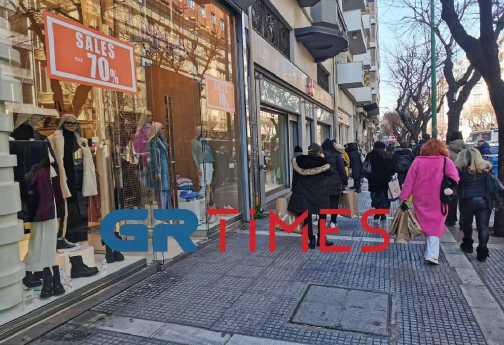 Θεσσαλονίκη: Ουρές με το… «καλημέρα» σε καταστήματα (ΦΩΤΟ)