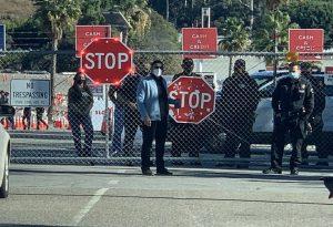 Διαδηλωτές διέκοψαν τη λειτουργία εμβολιαστικού κέντρου στο Λος Άντζελες