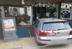 Αυτοκίνητο «καρφώθηκε» σε μπαρμπέρικο (ΦΩΤΟ)
