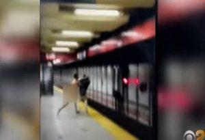 Βίντεο-σοκ: Γυμνός άνδρας σε αμόκ ρίχνει επιβάτη στις ράγες του μετρό
