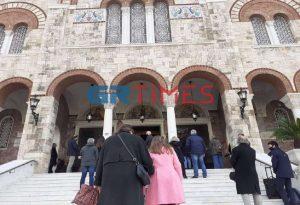 Θεοφάνεια: Ουρές έξω από τον Ι.Ν. Αγίας Τριάδας στον Πειραιά (ΦΩΤΟ)
