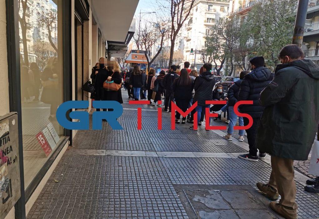 Θεσσαλονίκη: Μεγάλες ουρές έξω από καταστήματα (ΦΩΤΟ)