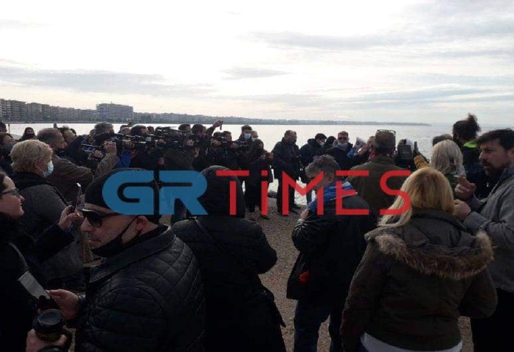 Ένταση στον Λευκό Πύργο στη Θεσσαλονίκη- Άτομα έριξαν τον Σταυρό στη θάλασσα στο λιμάνι (photos- BINTEO)