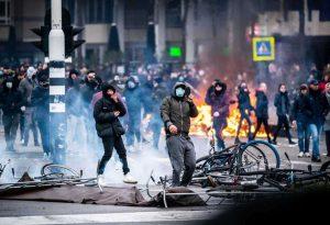 Ολλανδία: Δεύτερη νύχτα ταραχών με διαδηλώσεις κατά της απαγόρευσης κυκλοφορίας
