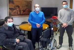ΠΑΜΑΚ: Δώρισε αναπηρικό αμαξίδιο από πλαστικά καπάκια