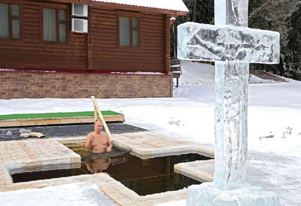 Ρωσία: Ο Πούτιν βούτηξε στα παγωμένα νερά για τα Θεοφάνεια