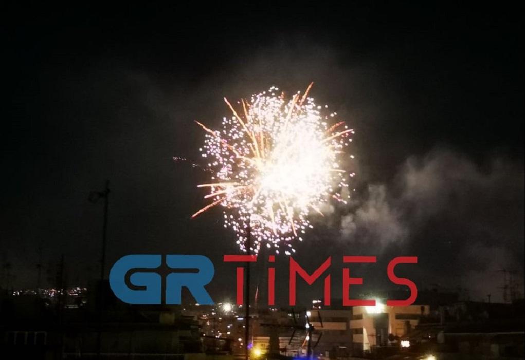 Πρωτοχρονιά-Θεσ/νίκη: Η νύχτα έγινε μέρα από τα πυροτεχνήματα (VIDEO)