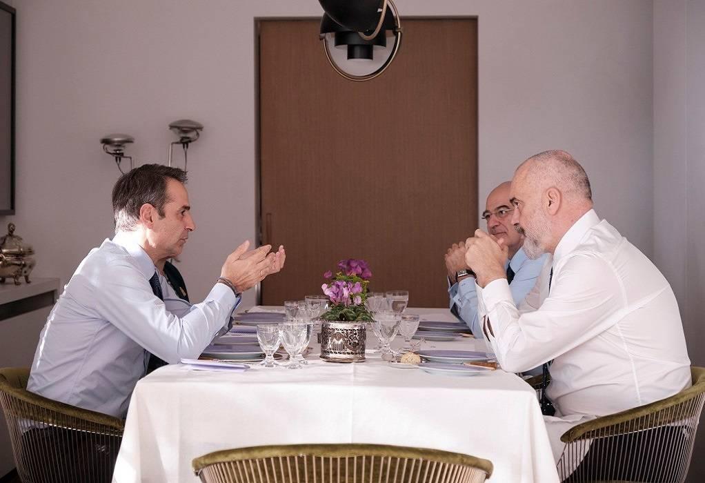Ανασκόπηση των σχέσεων Ελλάδας – Αλβανίας στο γεύμα Μητσοτάκη – Ράμα