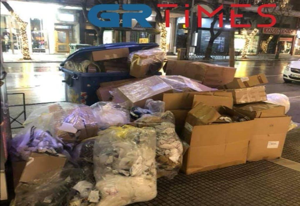 Θεσσαλονίκη: Καταστήματα πετούν συσκευασίες στα πεζοδρόμια (ΦΩΤΟ)