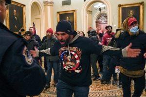 ΗΠΑ: Το FBI συνέλαβε άνδρα ο οποίος στα επεισόδια φορούσε μπλουζάκι για το Άουσβιτς